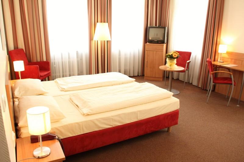 Находиться в гостинице во сне – предсказывает упадок сил и немотивированную хандру в реальном времени.